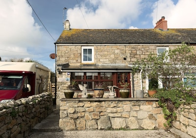 Beautiful granite cottage with parking and garden. Near the coast. Dogs welcome.