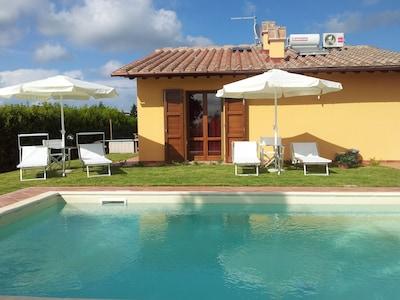 Casa indipendente con giardino privato e piscina privata.
