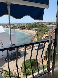 Vue depuis la terrasse, sur la plage et le château d'Altafulla.