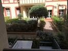 La vue sur la terrasse et la cour intérieure depuis le coin repas.