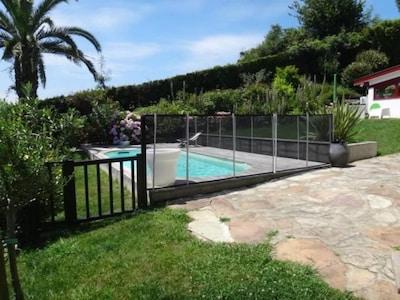 vue jardin avec piscine et sa protection amovible