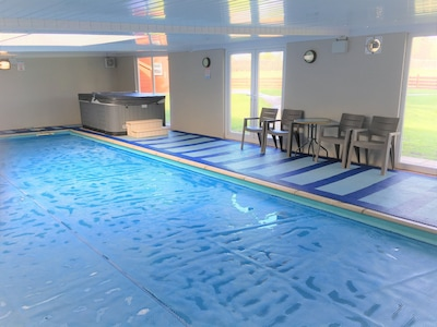 Beautiful Country Cottage Private Indoor Swimming Pool Hot Tub Games Room South Marston