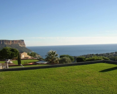 Vue de la terrasse et du séjour de l'appartement