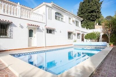 Moderna villa amueblada con tres dormitorios, - baños con piscina privada.