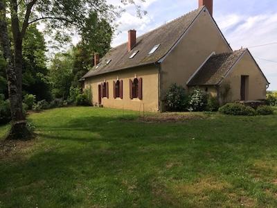 Une maison dans un écrin de verdure