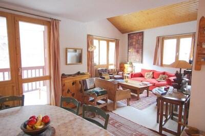 Double Séjour Au premier plan: la partie salle à manger ,  Derrière: le salon.