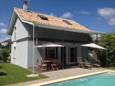 vue  maison terrasse et piscine