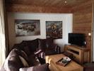Le salon et son canapé confortable. TV, lecteur DVD/BluRay, internet