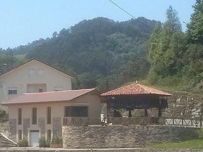 Vista casa y horreo