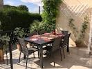 La table sur la terrasse devant la cuisine