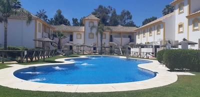 Adosado con terraza y piscina a 15 min de la playa.