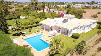 ¡HASTA UN 15% DE DESCUENTO! Villa de 2 alas, gran jardín, piscina, ubicación tranquila, aire acondicionado, WiFi
