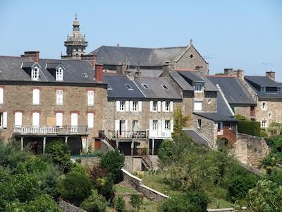 la maison avec l'église en arrière