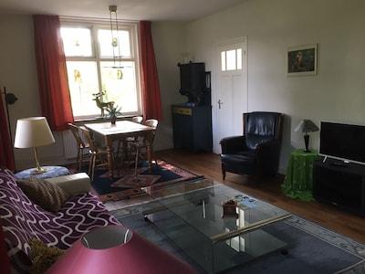 De woonkamer gefotografeerd uit verschillende hoeken.