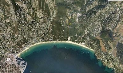 Vue aérienne de la baie de Cavalaire avec emplacement de la Résidence Pardigon