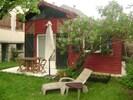 vue de l'extérieur avec table de jardin
