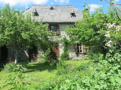 maison face sud  avec son jardin, vue imprenable sur la montagne