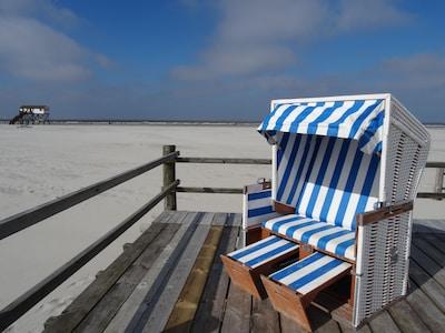 Direkt am Sandstrand wartet ein persönlicher, kostenloser Strandkorb auf Sie!