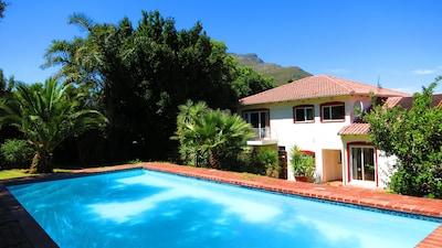 Pool mit Blick auf das Haus und die Berge