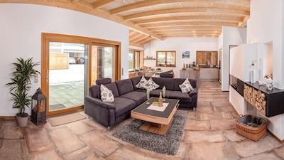 Wohnbereich mit Kamin, Essbereich und Küche