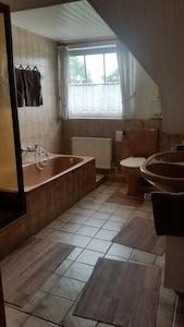 Bad mit Dusche, Wanne, WC und Doppelwaschbecken