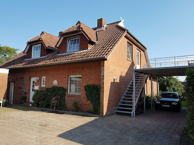 Unser Haus mit Treppenaufgang zur FeWo mit Balkon