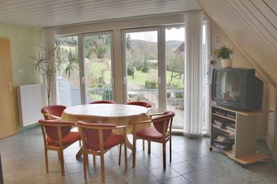Wohn/Schlafraum mit Essecke und Sonnenfenstern