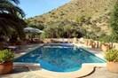 Großzügiger Pool, mit Sonnen- und Schattenplätzen
