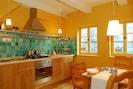 Die Küche mit elektrischem Ofen und Gasherd