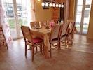 Der Eßbereich mit acht Sitzplätzen