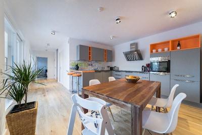 Moderne und großzügige Küche
