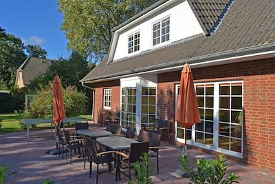 Terrasse, Balkon, Rasenfläche mit Trampolin, Schaukel, Sandkasten, Fußballtor