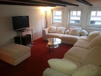 Wohnzimmer mit Flachbildfernseher und bequemer Coutch