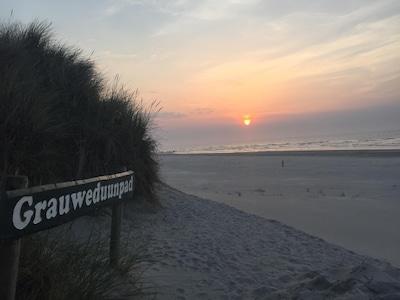 Der Strandaufgang 100m hinter dem Haus