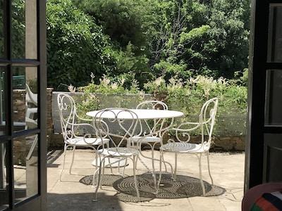 Vue du salon sur terrasse et jardin .