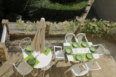 Terrasse ,salle à manger extérieure .sur jardin .
