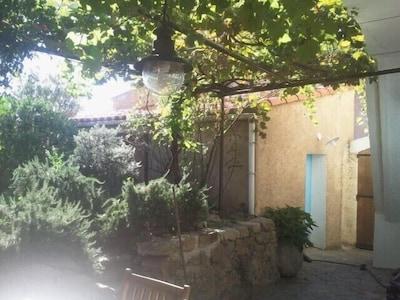 Jardin /  Entrée sur terrasse. Accès chambre individuelle .