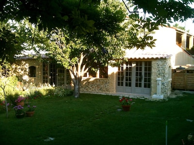 jardin et atelier de peintre en été