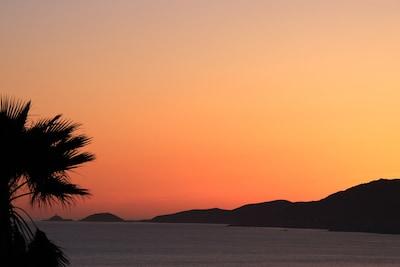 La vue de la maison au coucher du soleil