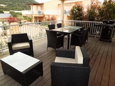 TERRASSE avec salon de jardin et table à manger
