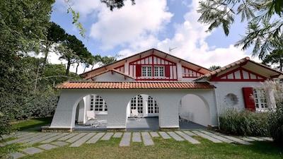 Facade et terrasse à l'avant de la maison