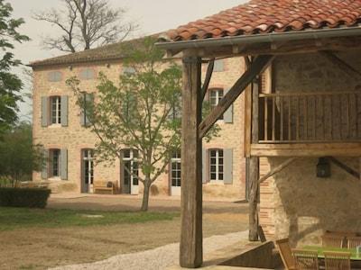 """La Bastide des Tourelles Vue du auvent du """"Chais"""""""