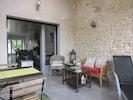 Une terrasse couverte pour  profiter des soirées du printemps et de l'automne