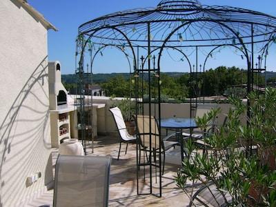 terrasse extérieure avec vue sur cité historique