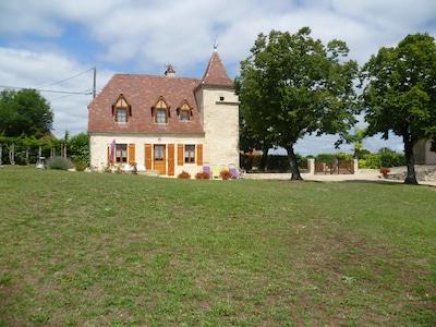 La Maison de Lompech Bâtisse typique du Quercy en pierres avec son pigeonnier