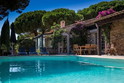 Vue sur la maison en bordure de la piscine.