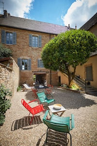 Large and nice private garden, surrounded by stone walls, BBQ, Outdoor furniture