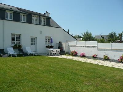 Vue extérieure : entrée et jardin privés. Salon de jardin, barbecue.