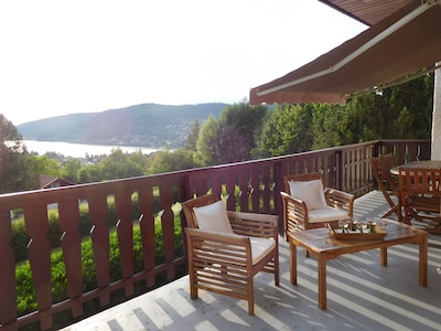 La terrasse et sa jolie vue sur le lac et les montagnes