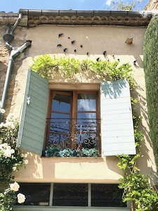 Wandering wisteria, happy swallows and a juliette balcony; a warm welcome.